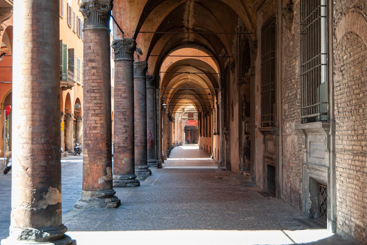 Bologna, portici di Strada Maggiore (aprile 2020, lockdown) Nota: la fotografia è stata scattata nel rispetto delle misure prescritte dal DPCM 22 marzo e seguenti per contrastare l'epidemia di Covid-19