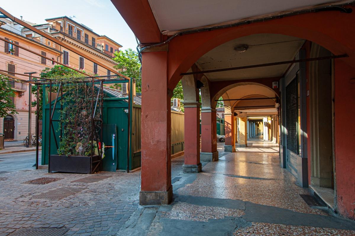 Bologna, piazza Aldrovandi (aprile 2020, lockdown) Nota: la fotografia è stata scattata nel rispetto delle misure prescritte dal DPCM 22 marzo e seguenti per contrastare l'epidemia di Covid-19