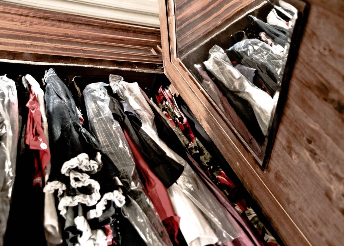 """In mostra sul tema """"Armadi aperti"""", presso Associazione Duepuntilab (Bologna, ottobre 2012) - Didascalia: Travestimenti quotidiani. Velare o rivelare? Fugaci riflessi di ordinarie aperture"""