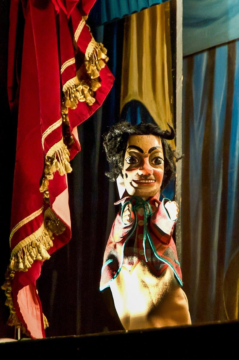 """Fagiolino Rappresenta il monello dei bassifondi della Bologna ottocentesca, sempre affamato, sporco e lacero. Il nome può derivare da """"faggio"""" (il legno del suo bastone) o da """"fagiolo"""", il legume troppo spesso presente sulle mense povere del popolo [http://www.burattinidiriccardo.it/burattini/maschere/]"""